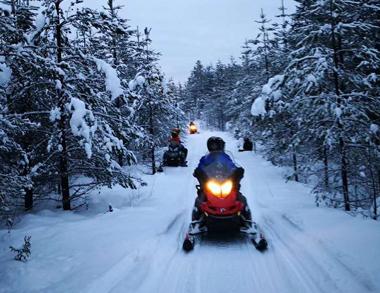 Buscando Aurora con los motos de nieve